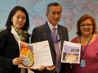 MDGs達成に際し、「5歳未満の子どもの死亡率を下げよう!」と訴えるキャンペーン「命の木プロジェクト」を実施。皆さまからの賛同の声と政策提言書を、国連総会に臨む日本の政府代表(中央)に届けました(2014年9月)