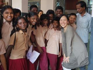 インドの子どもたちと柴田スタッフ