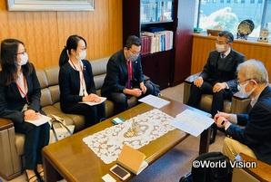 G7シェルパ(右)とNGOとの対話(左から2人目が柴田スタッフ)