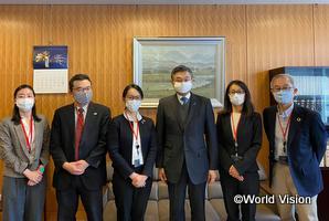 鈴木外務審議官・G7シェルパ(写真中央)と5名のNGOネットワーク代表。左から3人目が柴田スタッフ。