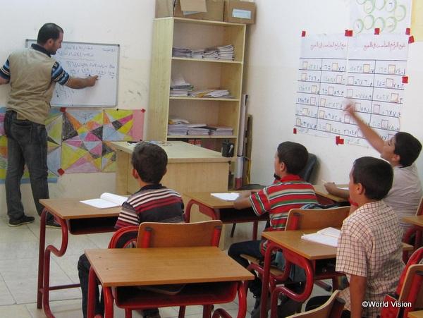 補習授業を受けるシリア難民の子どもたち