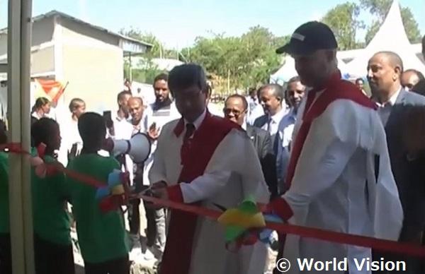在エチオピア日本大使によるテープカットが行われました