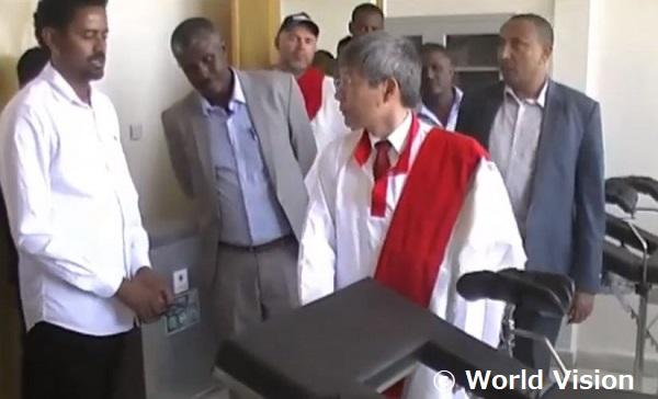 支援によって建設された産科棟を視察する在エチオピア日本大使