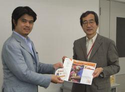 福田首相への手紙とキャンペーン結果を託す片山事務局長(右)
