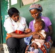 栄養不良の赤ちゃんの様子を母親から聴くWVの看護士。食糧危機と世界的な景気後退により世界の飢餓人口は10億人を突破し、貧困層を中心に十分な栄養をとれない子どもたちが増加しています