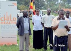 母子保健に関する市民からの署名を県議会に提出するWVスタッフ(ウガンダ)
