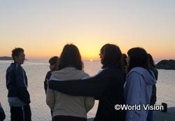 3日目の朝は、海岸まで朝日を見に行きました。太陽が顔を出した瞬間に歓喜する子どもたち