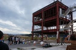 防災対策庁舎の前で手を合わせる子どもたち。改めて津波の巨大さを実感しました