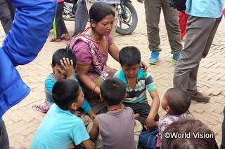 建物の倒壊を逃れ、町の広場にうずくまる子どもたち。余震の恐怖から、夜になっても建物に入る人はいないという