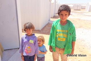 難民キャンプで暮らすシリア人兄妹。母親によると、シリアにはまだ家族が残っているという(ヨルダン)