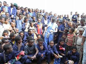 学校訪問。教室にて生徒たちに将来の夢を聞いたら「HIV/エイズを治療できる医者になりたい」「科学者になりたい」と素敵な夢を語ってくれました