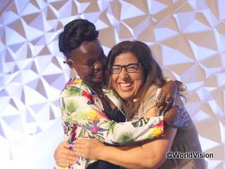 2019年の会議で抱き合う二人