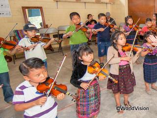 楽器を習う子どもたち