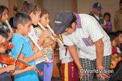 子どもたちに楽器を教えるジョバンニさん