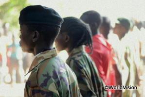 子ども兵士の列