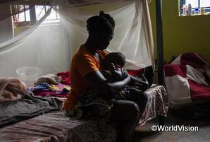 赤ちゃんを抱える元子ども兵士の女性
