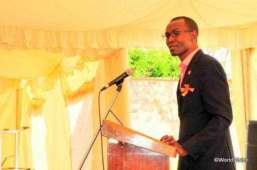 ワールド・ビジョン・ケニアの施設でスピーチをするジョージさん