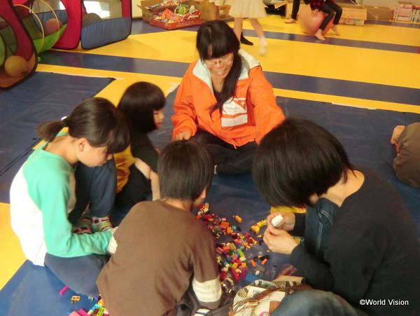 4 月17 日の物資配布の様子 プレイルームでスタッフと遊ぶ子どもたち