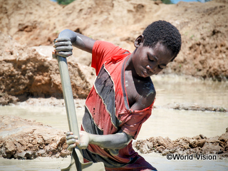 家族を支えるため鉱山で働く少年