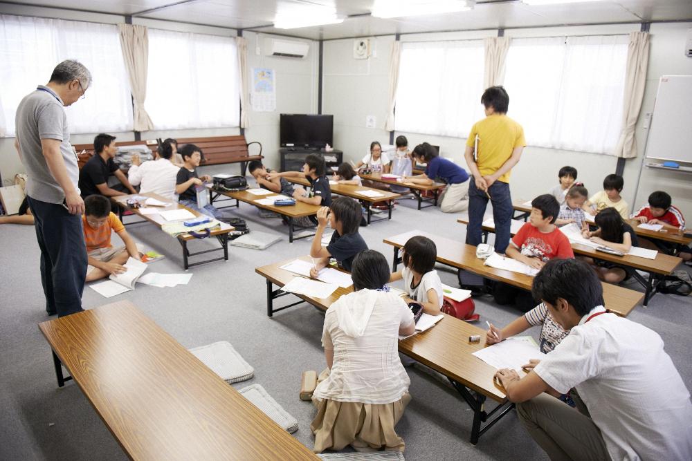 仮設住宅での学習支援の様子 (写真提供:ビーンズふくしま)