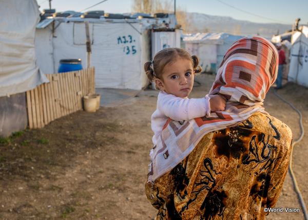 ヨルダンの難民キャンプに暮らす母娘。シリアを離れて4か年になるという