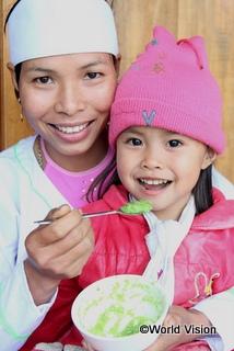栄養満点のおかゆを食べる女の子(ベトナム)