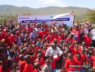 寄贈式にて地区の子どもたちとともに記念撮影をするWVJ、パナソニック、来賓の皆様