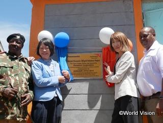 学校に寄贈されたシステムの記念プレートの除幕をする福田氏(中央左)とWVJ事務局長 木内(中央右)