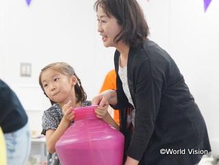 途上国で使われている道具を用いた水汲み体験