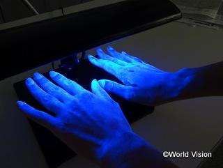 「手洗いチェック体験」で洗い残しを確認