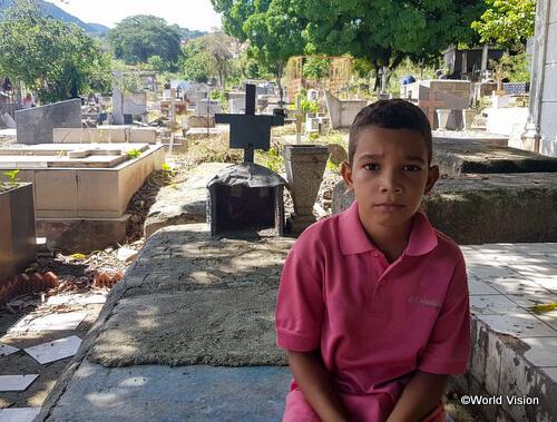 墓地で働き家計を立受けるルイージ君(9歳)
