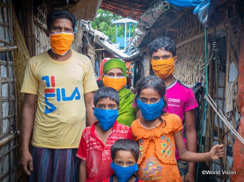 狭い場所に密集して生活せざるを得ないロヒンギャ難民の人々