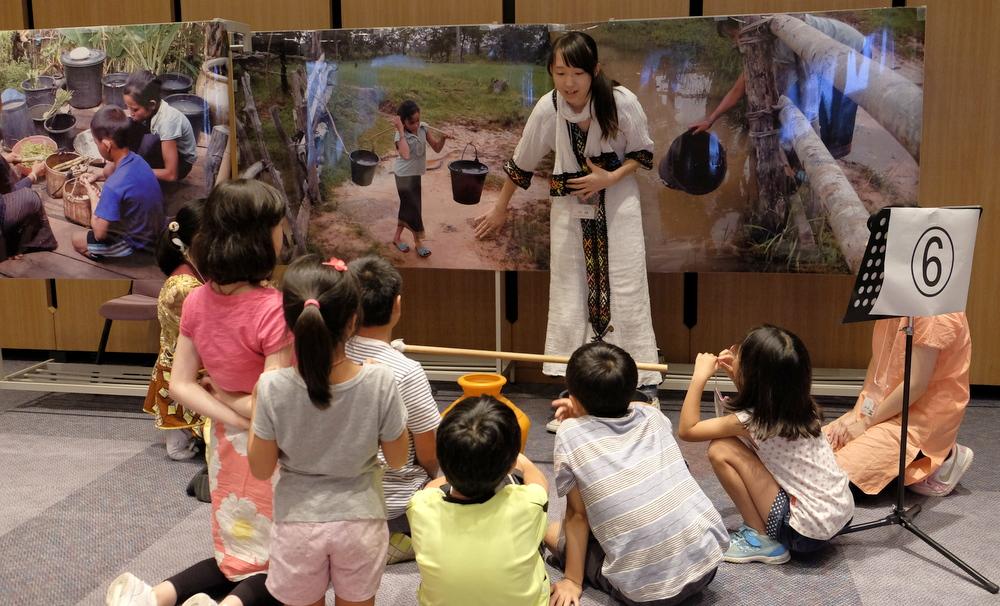 昨年8月に開催した「サマースクール」では、高校生が小学生に途上国の暮らしを説明しました