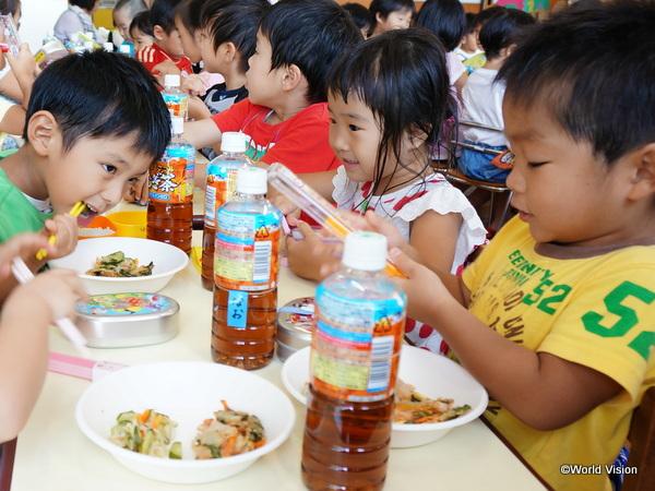 調理器具を支援した保育所では、温かい昼食が出せるようになりました