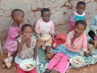 子どもの栄養状態の改善に取り組んでいます