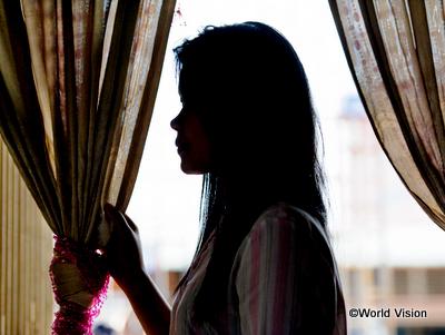 家族を支えるために働くことを決意したが、騙されて性的搾取の被害にあった少女(カンボジア)