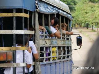 世界中に広がる深労働者を乗せて移送する車(タイ)。「人身取引」の被害者の中には自身がこの犯罪の被害者であることを自覚していない人もいます