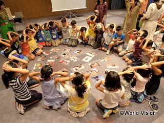 みんなで作った「世界の子どもカルタ」でカルタ大会をしました