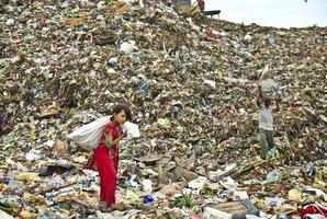 ゴミ山で、換金できるものを探します