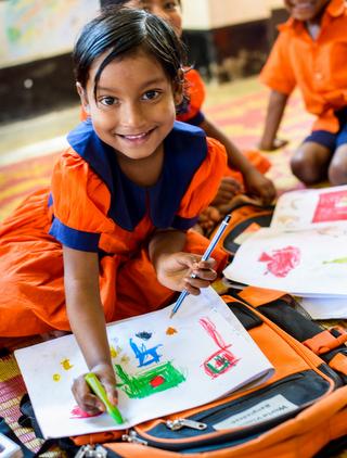 学校で楽しそうに学ぶ女の子(バングラデシュ)