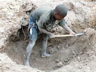 わずかな金を求めて鉱山で働く子ども(コンゴ民主共和国)