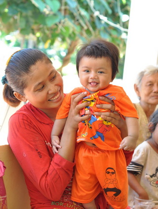 カンボジアの親子