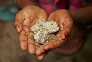 ミナちゃんが大切にしている宝物。この石で、お友達と遊びます