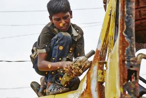機械に手足をはさまれたり、疲れによる不注意で大けがをする子どももいる、危険な環境です