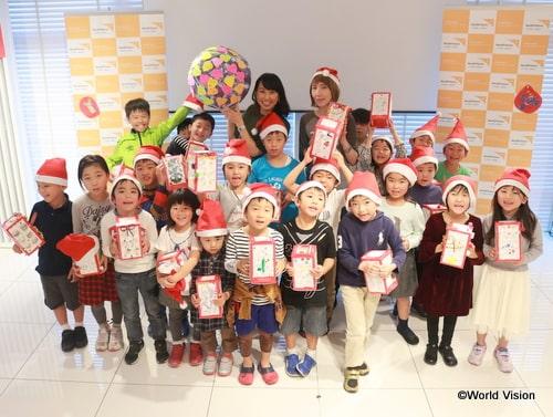 ワークショップに参加した子どもたちと記念撮影