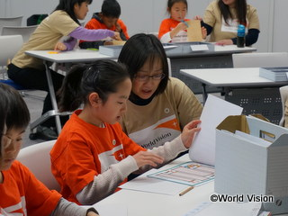 途上国の子どもからの手紙を見る参加者