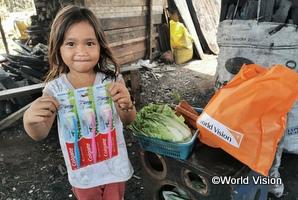 支援物資を受け取った女の子(フィリピン)