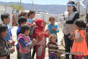 手洗いを教えるWVスタッフと子どもたち(レバノンのシリア難民キャンプ)