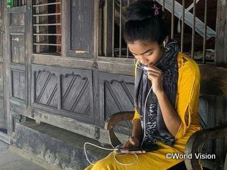 新型コロナウイルス感染症の予防に関する情報を入手し、友人に伝えるバングラデシュの子ども