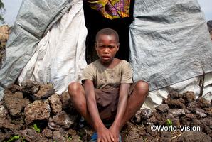 内戦で両親を亡くし、1人でキャンプで暮らすイノセント君(コンゴ民主共和国)